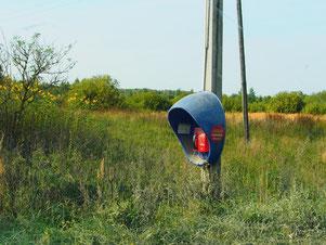 das öffentlich Telefon hing an einem Strommasten