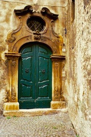 barocke Hauseingänge prägen das Bild von Sanno