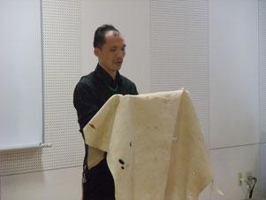 エゾシカ皮についてs津明する澤口氏