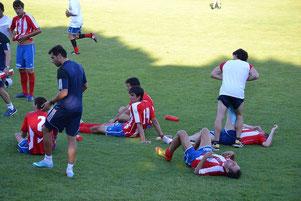 Los jugadores de ambos equipos sufrieron los rigores del intenso calor.