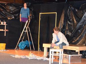 Noch ist die Welt für Anne und Flo in Ordnung und man richtet sich die Hütte ein – Foto: JPH