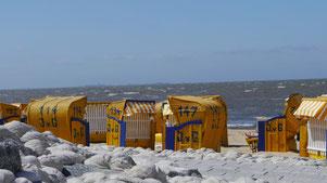 Bild: Strandkörbe vor der Residenz Meeresbrandung am Sandstrand von Cuxhaven Duhnen