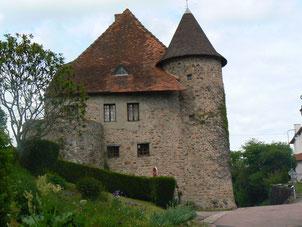 La maison des dïmes : cet ancien corps de garde du château médiéval du XIIe siècle, devient au 17ème siècle le logis du curé qui perçoit la dîme, d'où son nom.