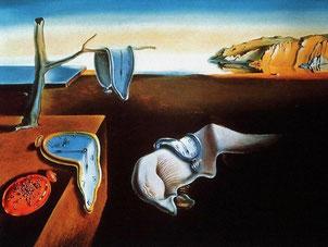 ダリの代表作《記憶の固執》。中央には眠っているダリの姿がある。《アンダルシアの犬》にも現れる蟻が描かれている。