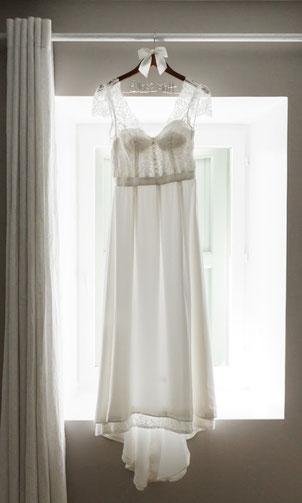 robe de mariée bohème ivoire, tombé flou, détails plis, dentelle boutons