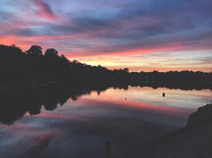 Atemberaubender Sonnenuntergang an der Regattabahn