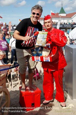 Am Sonntag lockte nicht nur die Sonne viele Zuschauer an den Strand. Auch prominente Gäste wie Timothy Peach waren angetan von der leckeren Verpflegung. Foto: Franziska Krug