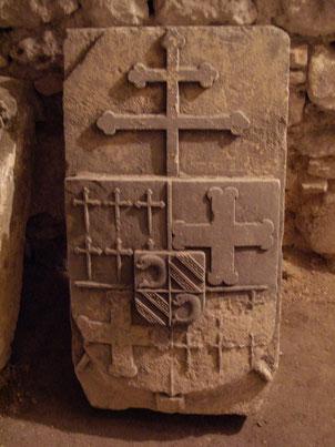 Reste de la pierre tombale