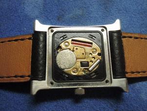 (株)福田時計店に持ち込まれた状態のエルメス腕時計。液漏れ跡で電池が真っ白になってしまっています。