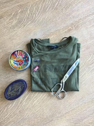 Für dieses Upcyclingprojekt braucht man nur ein altes T-shirt, eine Stoffschere oder einen Nahttrenner, Schneiderkreide und Stecknadeln oder Clips.  Es wird also wirklich nicht viel dafür benötigt und das ganze dauert auch nur knapp eine halbe Stunde.