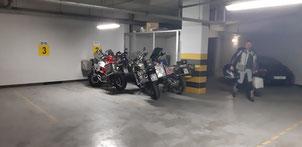 Unsere Mopeds waren in einer Tiefgarage gut untergebracht
