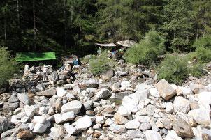 Das Steinhaulager im Bachbett