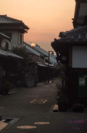 日が沈む街並