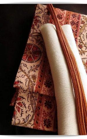 アンティークの更紗で仕立てた名古屋帯。温かみのある手触りと色合いが肌寒い日に良く合います。