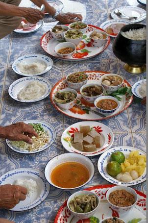 Noch Fragen Tourist? Essen auf dem Dorf - sehr schmackhaft und scharf