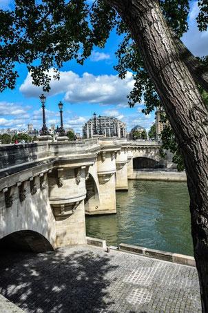 Pont Neuf - die älsteste Brücke von Paris (im Hintergrund das Kaufhaus Samaritaine)