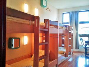 相部屋は2段ベッドが2台の客室です。3~4名様の個室にも。