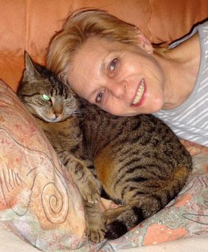Waltraud Schmid mit ihrer ehemaligen Wildkatze Cindy, die Frau Schmid  mit viel Geduld gezähmt hat. Sie hat ein Händchen für solche Katzen,  weil sie weiß was mit Liebe und Geduld bewirkt werden kann.