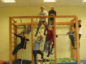"""Neues Spielangebot in der Übermittagbetreuung! Die Kinder lieben das """" Affenhaus""""!"""