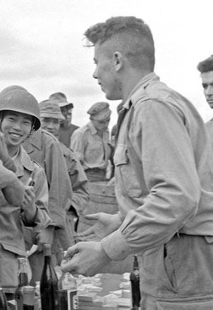 ECPAD: Distribution de friandises lors des fêtes de Noël au camp retranché de Na San en Indochine, le 26 décembre 1952.