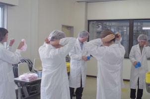 製造工程見学のため帽子、マスクなど着用