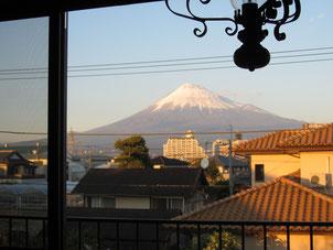 朝な夕な、その姿を変える富士のお山