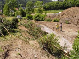 Mai 2005: Anschließend wurden die Ufer mit Rauhbäumen gesichert. Bauphase: Raumbäume links gesetzt, rechts Einbau in Vorbereitung.
