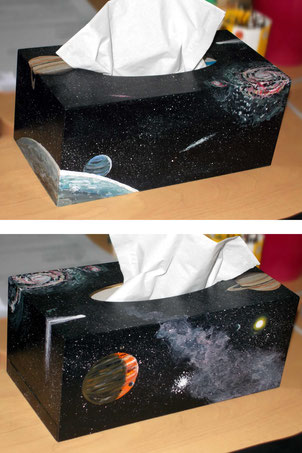 Peinture acrylique sur boîte à mouchoirs. Motifs : cosmos, espace, galaxies, étoiles, planètes, comète.