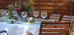 ein gedeckter Tisch im Herbstlichen Ambiente