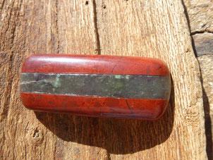Le cabochon fini, jaspe rouge et néphrite de Nouvelle Calédonie