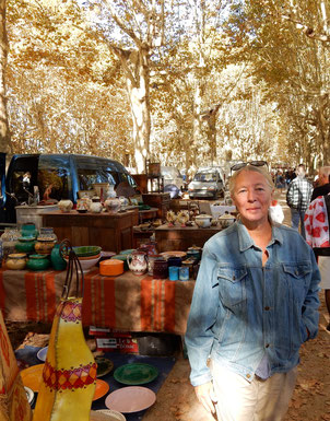 Bild: die Autorin Liliane Fontaine bei der Recherche auf dem Marché aux Puces in Sommières