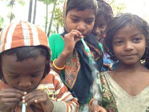 用意したコップが足りず、小さい子ども達はゴミになった袋を使って容器替りにしてシャボン玉遊びに夢中になっていた。