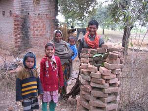 ラフールナガール村でマンゴーを育てている家族