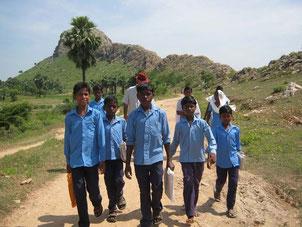 ムラター中学校に通う奨学生