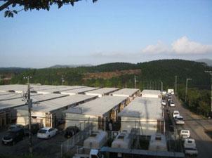 仮設住宅と後方の山が移転地