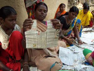 型紙を作る少女
