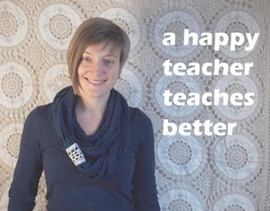 """""""A happy teacher teaches better"""" englischer Spruch im Hintergrund daneben die Englischlehrerin und Blog Autorin von Sprachen Besser Lehren"""