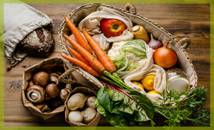 Einkaufsmöglichkeiten plastikfrei, verpackungsfrei, Korb mit Gemüse