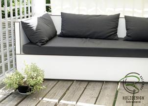 Moderne Sitzlounge für den kleinen Balkon in weißen, wetterfesten Vollkernplatten