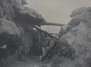 Einer der eroberten Schützengräben auf der Cukla mit zusammengeschossener Eindeckung. Sammlung Isonzofront.de
