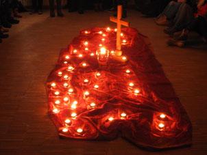 Von Kerzen erleuchtetes Kreuz