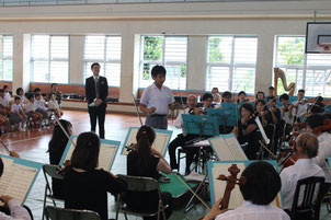 薮田君ら3人が「ハンガリー舞曲第5番」の指揮に挑戦した=16日、海星小学校体育館