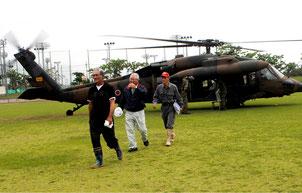 自衛隊の救難ヘリUH60で平久保地区から搬送された住民=27日午前、陸上競技場