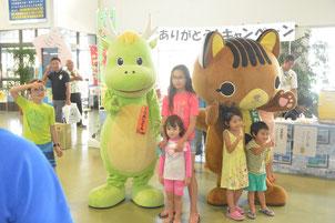 竹富町観光協会による観光の日ありがとうキャンペーンが行われた=1日午後、石垣港離島ターミナルロビー
