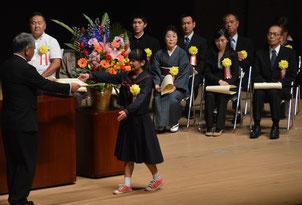 いしがき教育の日で11個人3団体が表彰された=4日、石垣市民会館大ホール