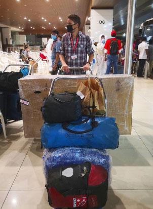 Banges Warten im Kochin International Airport auf den Heimflug nach Zürich.