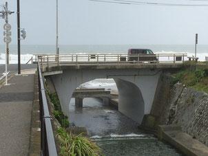 七里ヶ浜のほぼ中心にある行合橋