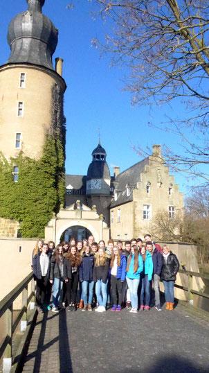 Gruppenbild vor der Burg