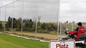 Abgeschlossen wurde die Errichtung von Fangzäunen im Bereich des Hauptspielfeldes. Freiwillige Helfer hatten rund 500 unentgeltliche Arbeitsstunden geleistet