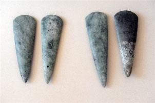 Artiste(s) inconnu(s), Représentations de haches polies datant du néolithique,  taillées dans la jadéite,  découvertes en août 2008 à en Bretagne.